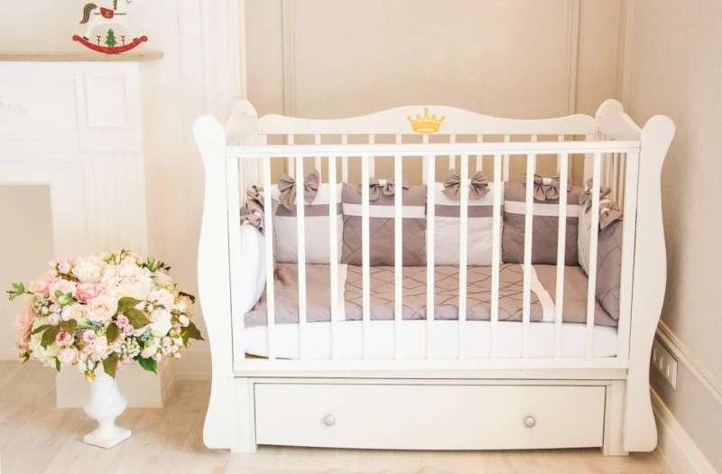 Bernu gulta Lorena ar veļas kasti , balta krāsa